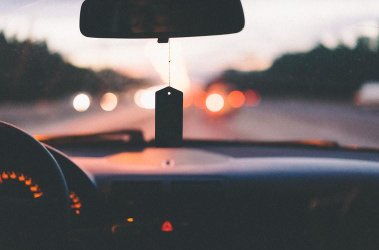 Вид на трассу через лобовое стекло автомашины