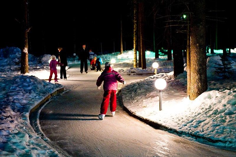 Родители с детьми решили кататься на коньках в Юбилейном по дорожкам