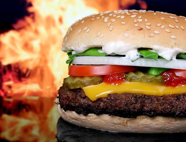 Фото вкусного соблазнительного недорогого бургера или чизбургера