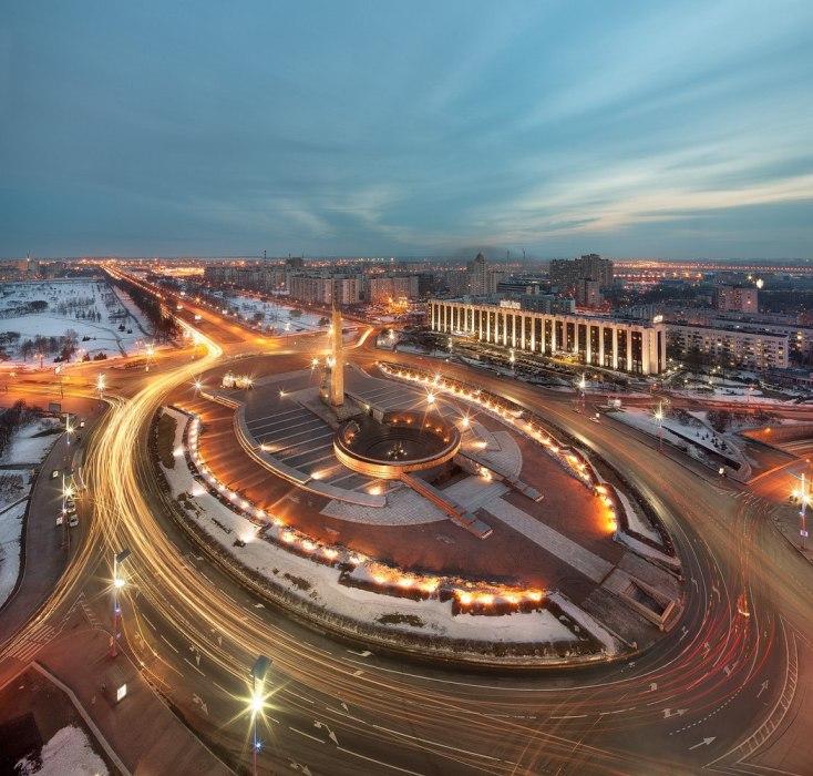 Площадь с круговым движением и памятником в Московском районе