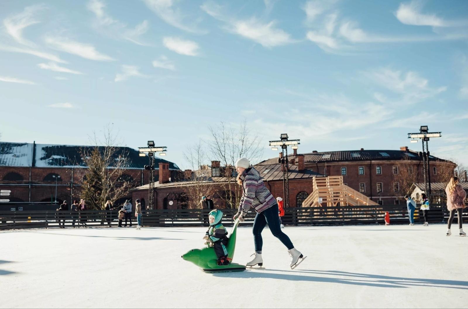 Мама катается на коньках а ребенок на санках