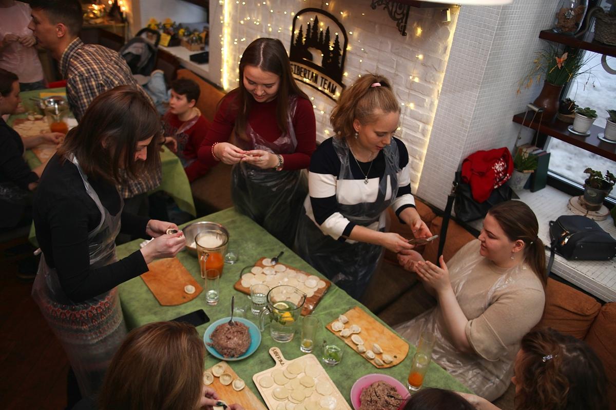 Сибирские девушки во время лепки пельмений
