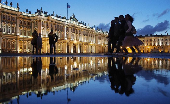 отражение зимнего дворца в воде на дворцовой площади