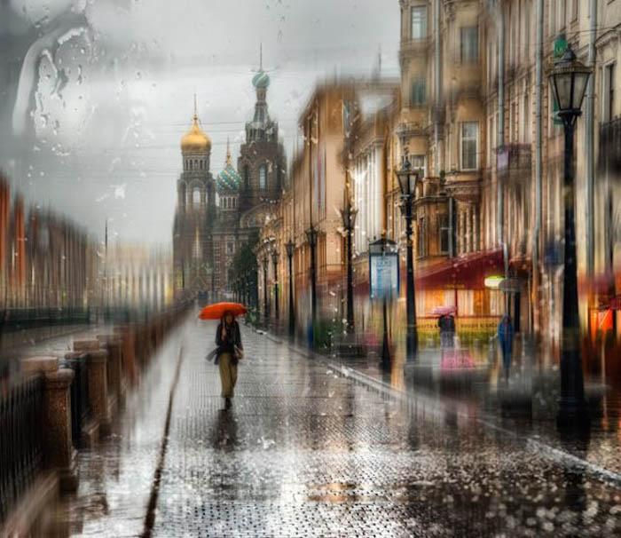 грустная девушка идет под дождем