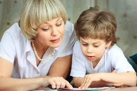 Няня читает с ребенком