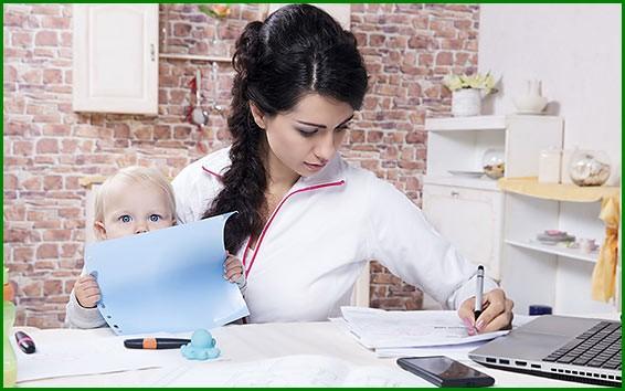Мама с ребенком пишет на бумаге