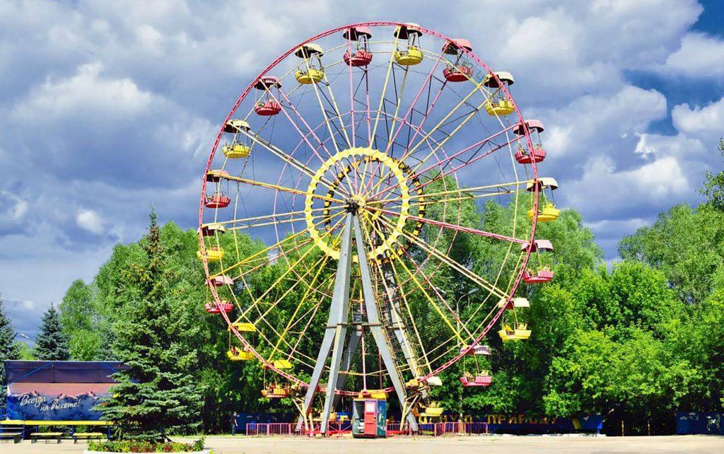 Фотография парка с атракционами