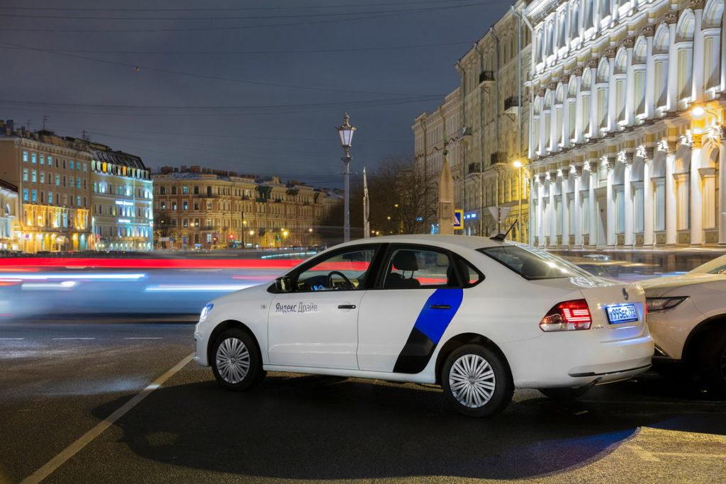 Машина Яндекс Драйв стоит на улице в СПБ