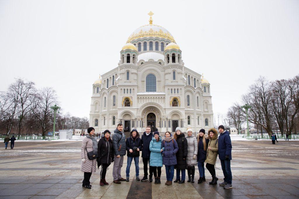Фото у Морского Никольского собора в Кронштадте